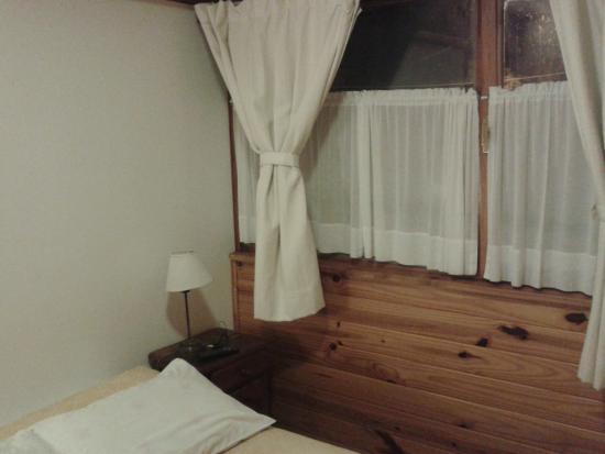 Pequena Comarca : Habitación limpia, luminosa y cálida.