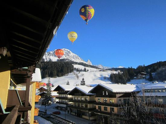 Hotel Bischofsmütze: Balloons from the balcony