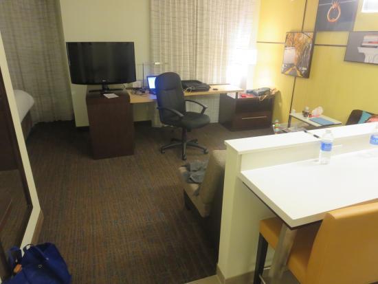 Residence Inn Champaign : living area.
