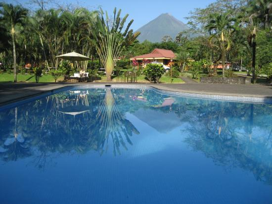 Arenal Country Inn: Volcano view from the swimming pool
