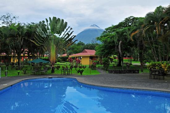 Arenal Country Inn: Swimming pool and volcano view