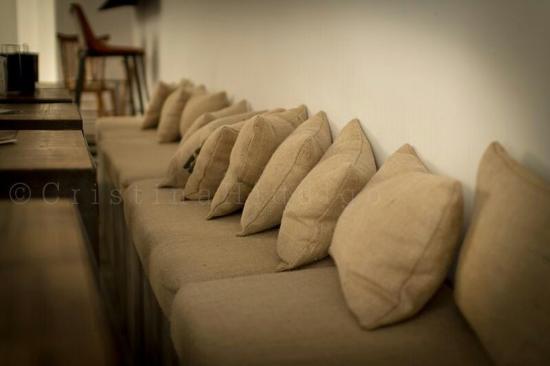 Cojines confeccionados con tela de saco reciclada: fotografía de