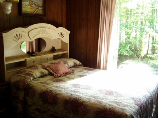 Price Cottages: Queen bed in River Rhapsody overlooking River