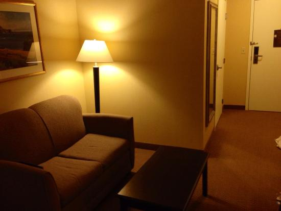 Quality Suites: Small sitting area in room.