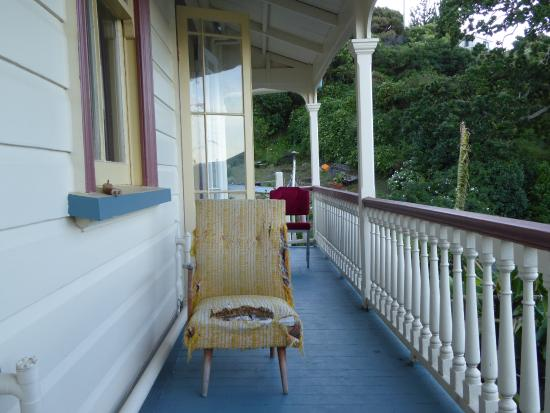 Mangonui Hotel: Völlig kaputte Möbel auf dem Balkon