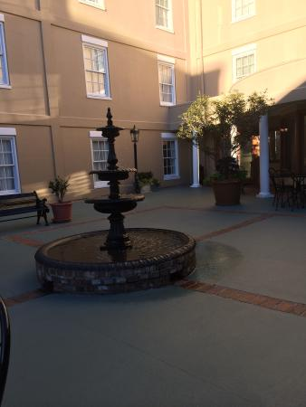 DoubleTree by Hilton Hotel and Suites Charleston - Historic District : Courtyard
