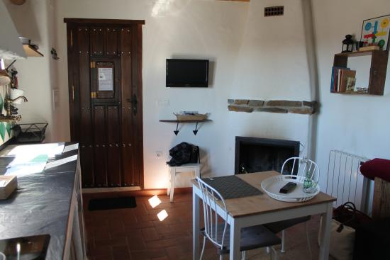 La Placeta Guesthouse: Salón, cocina, chimenea