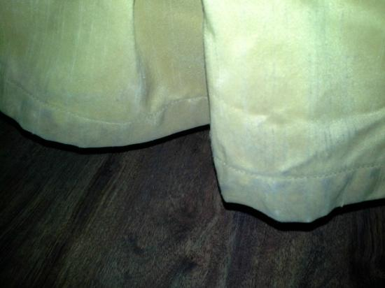 Hotel Morgantown and Conference Center: Bed skirt with filth