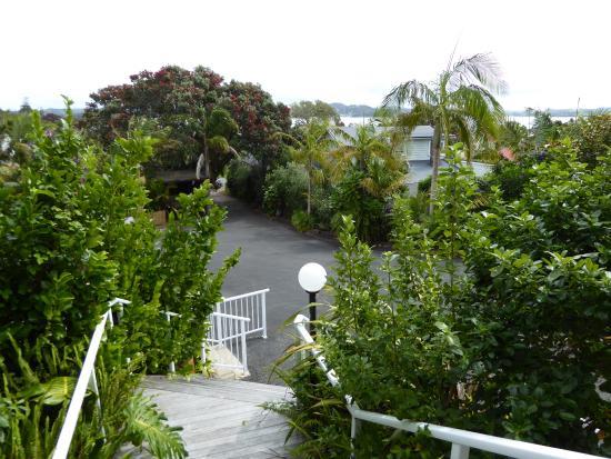Triton Suites Motel: Blick vom Haupthaus auf den Parkplatz