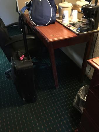 Quality Inn Philadelphia Airport: Table broken