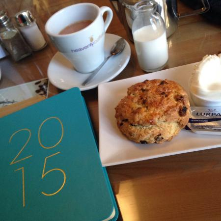 Rambler's Rest Guest House: Fruit scone and tea! So delicious!!