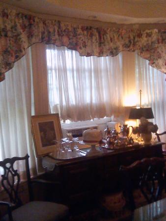 Classic Victorian Estate Inn: Enjoy your breakfast in our 18th Century Dining Room each monning