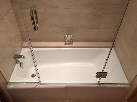Four Seasons Hotel Houston: bathtub/faucet, circa 1982?