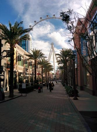 Promenade Area Between Flamingo And The Linq Near High