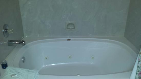 Table Rock Resorts at Indian Point : Beautiful king size jacuzzi tub