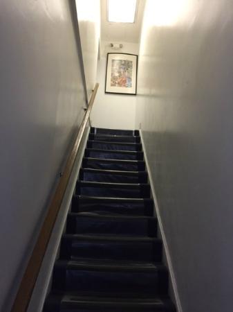 Duo Housing: escalera de ingreso a las habitaciones