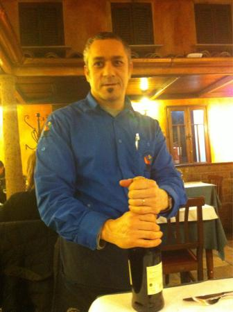 L'Insalata Ricca : Friendly waiter at our table