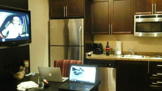 Hawthorn Suites by Wyndham West Palm Beach : Kitchen with real refrigerator