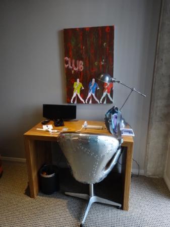 King and Queen Hotel Suites: desk in room