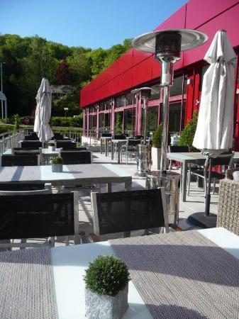 Terrasse Extérieure Bar Restaurant Vue Piscine Et Parc