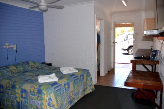 Amaroo Motel : room and entrance