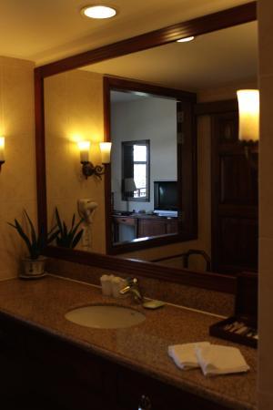 Novela Muine Resort & Spa: Spacious bathroom, large mirror