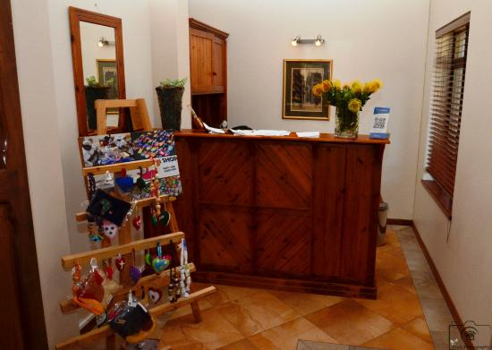 Inn Victori : Friendly office with display