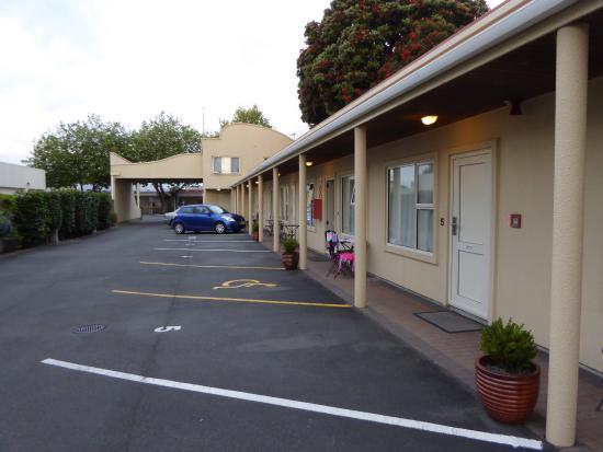 Siena Motor Lodge : Blick von den hinteren Zimmern Richtung Straße+Rezeption