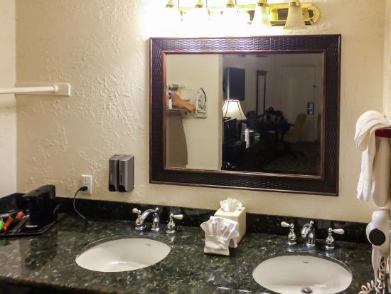 BEST WESTERN Trailside Inn: Dual Sinks Next to Bathroom