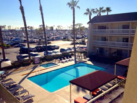 Dana Point Marina Inn: Pool area with jacuzzi