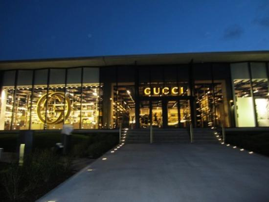 Reggello, Italia: Outlet Gucci - evening