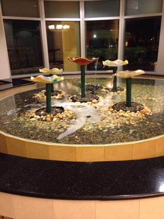 Courtyard Miami Coral Gables : Fountain in the lobby