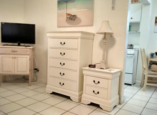 Southwinds Inn: Dressers and TV
