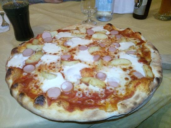 Tropical Bar Pizzeria : Pizza ottocinquanta con crema ai peperoni, patate, stracchino, würster.