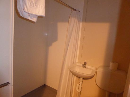 High Country Holiday Lodge: Duschbad mit separatem Waschbecken und WC