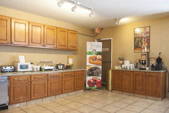Quality Inn at Arlington Highlands : Breakfast Buffett