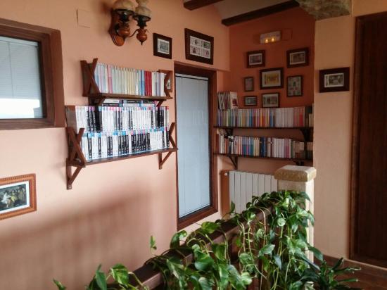 Chella, Spanien: Excelente colección de libros, dvd's, etc