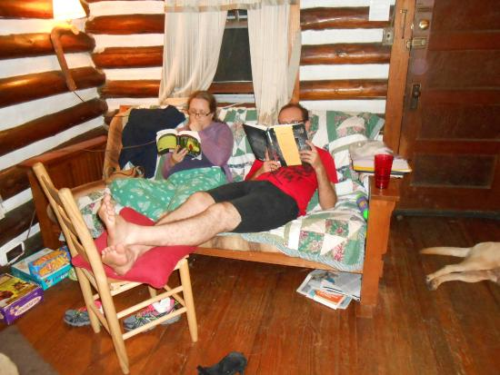 Log Cabin Motor Court: The living room was a wonderful place to read and relax