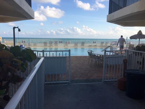 Cocoplum Beach & Tennis Club & Marina: Pool at the open beach