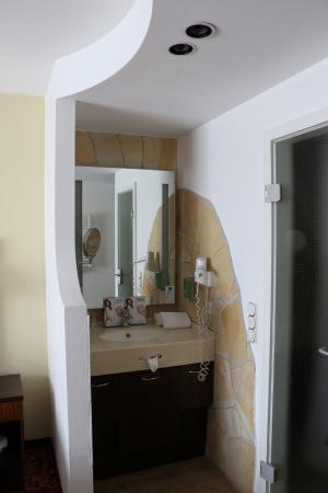 Vital & Wellnesshotel zum Kurfuersten: seperate Waschstelle, zur Toilette und Dusche gehts rechts durch die Glastür.