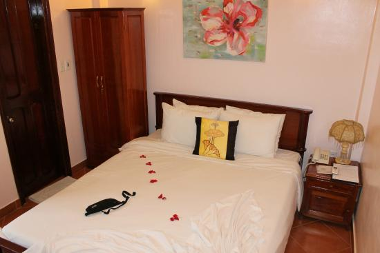 Hue Holiday Hotel: nice & clean room