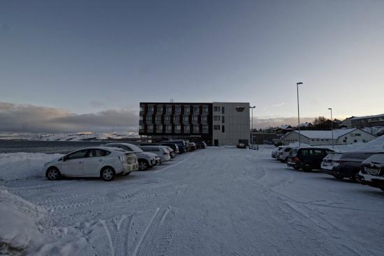 Thon Hotel Kirkenes: Hotellet sett fra parkeringsplassen