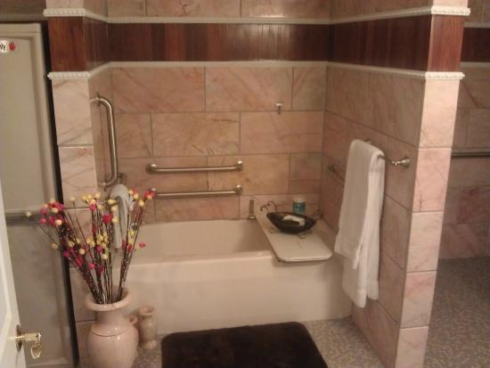Dover Garden Suites: Tile bath
