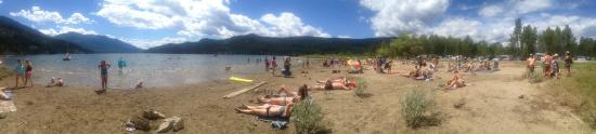 Kokanee Chalets: Crawford Bay Beach during Starbelly Jam