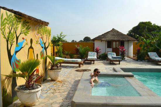 Mango Lodge: roundhouse and pool