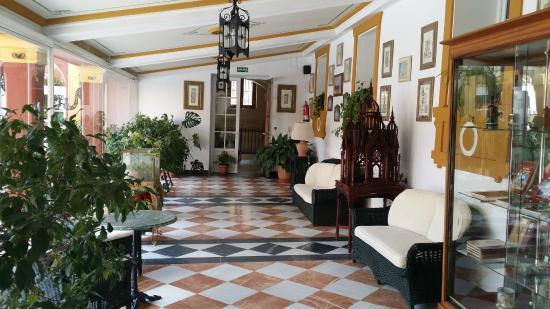 Hotel Huerta Honda: Vistas de salones de entrada