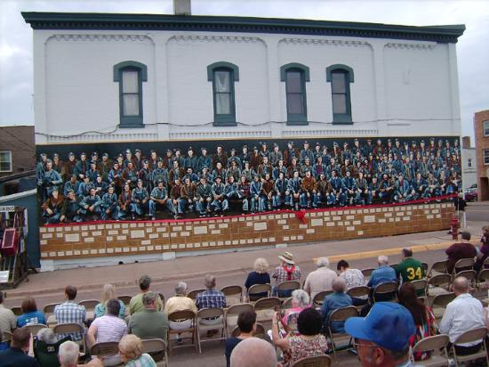 Budget Host Cloverland Motel: Miner's Mural with 110 miners - a must see downtown Ironwood