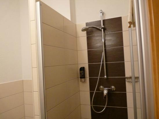 Badezimmer mit Dusche - Bild von Moin Hotel Cuxhaven, Cuxhaven ...