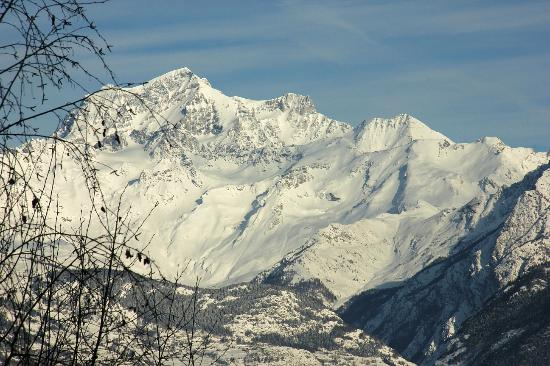 Affittacamere I Picchi: High Alps surround Aosta Valley. Magnificent view from I Picchi