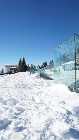 Mineralbad & Spa Rigi-Kaltbad: Platz oberhalb mit Lichtschächten für Badelandschaft